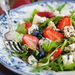 Salata s jagodama i sirom