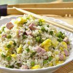 riža s graškom šunkm i jajima