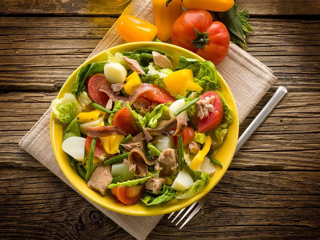 salata s inćunima