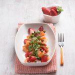 Salata od lososa, jagode i kapara