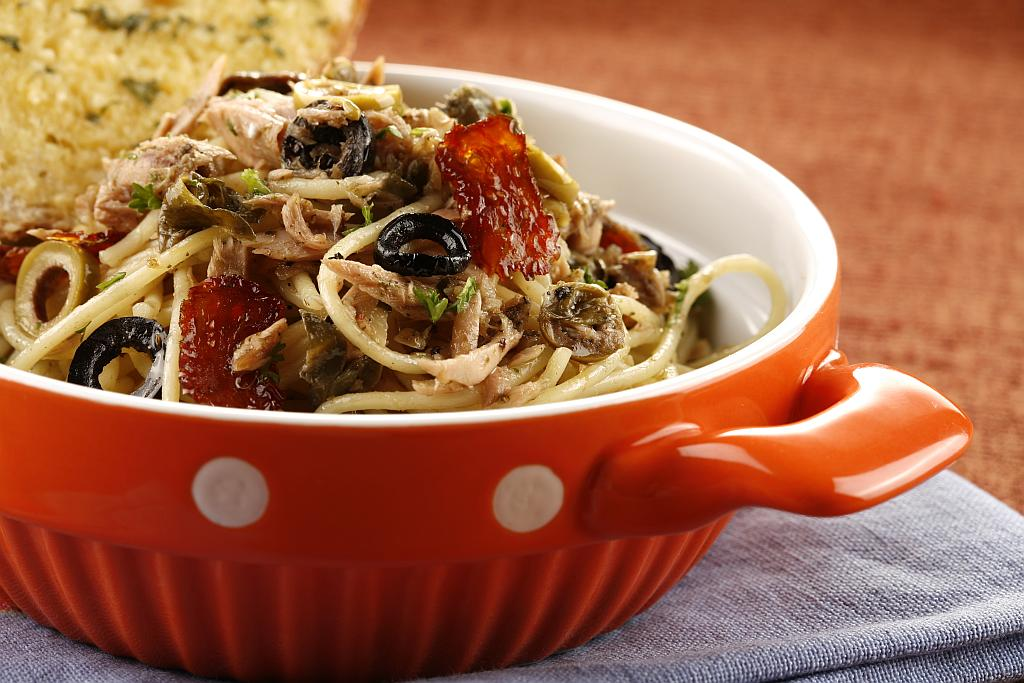 tjestenina s tunom, maslinama i kaparama
