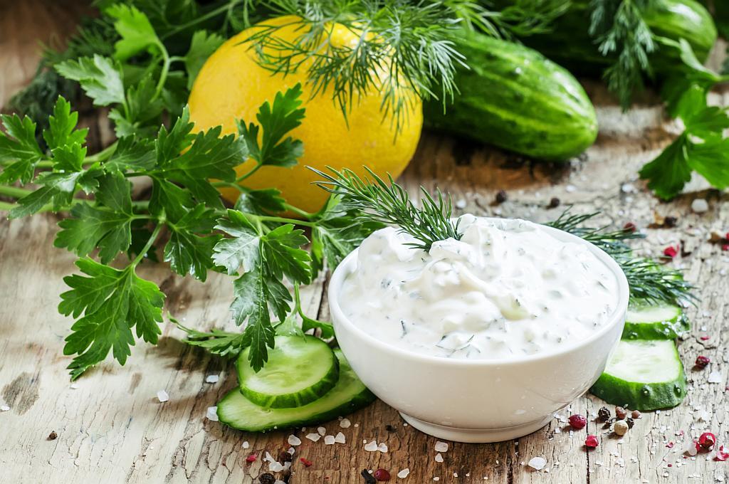 umak od jogurta i začinskog bilja