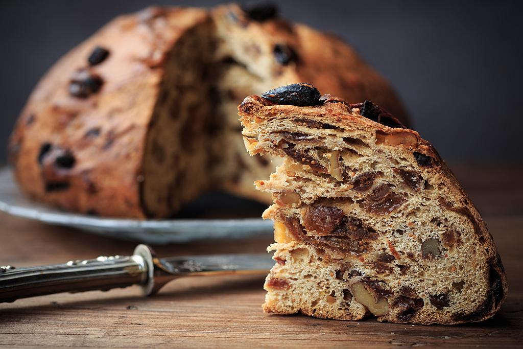 Bozicni kruh s grozdicama, orasima i smokvama
