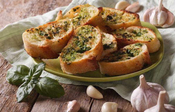 Zapeceni kruh s pestom s persina