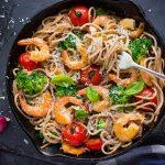 Integralni spageti s kozicama i povrcem